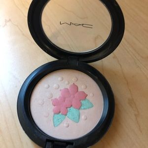 MAC in for a treat PearlMatte Powder highlighter